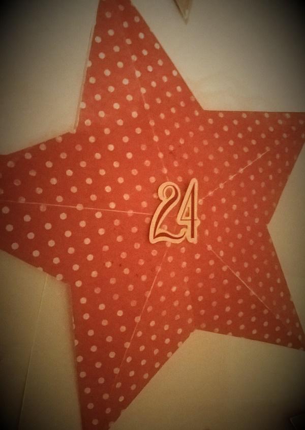 Calendrier de l'Avent étoiles en papier en volume détail étoile rouge